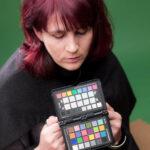 Model im Studio mit dem x-rite ColorChecker Passport. Die Software erstellt hieraus vollautomatisch das Profil und später kann man mit Hilfe der Graufelder den Weißabgleich korrekt einstellen und auf alle Fotos des Fototermin übertragen