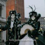 Masken auf dem Markusplatz früh am Morgen