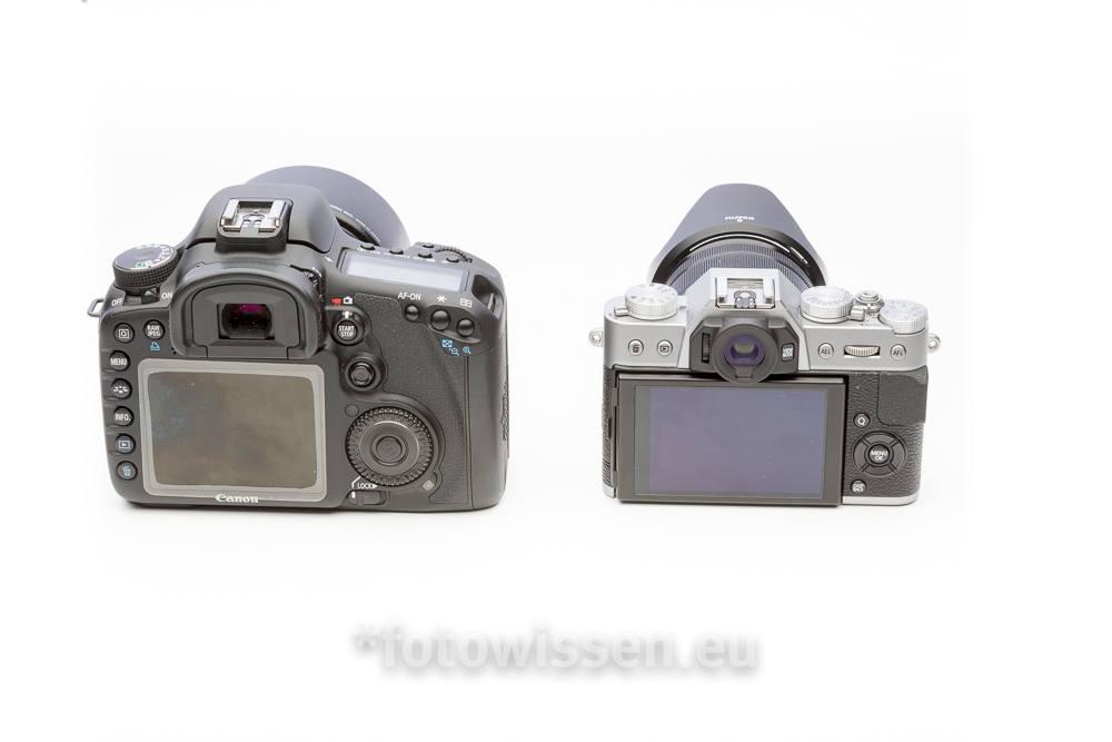 Größenvergleich Spiegelreflex (links) und spiegellose Systemkamera (rechts)