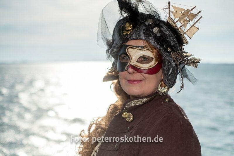 Maske Martina auf hoher See