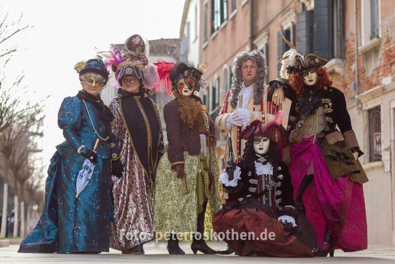 Gruppenbild der Masken mit *fotowissen
