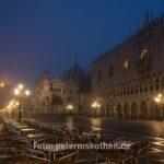 Markusplatz am frühen Morgen bei leichtem Nebel - Dogenpalast Palazzo Ducale