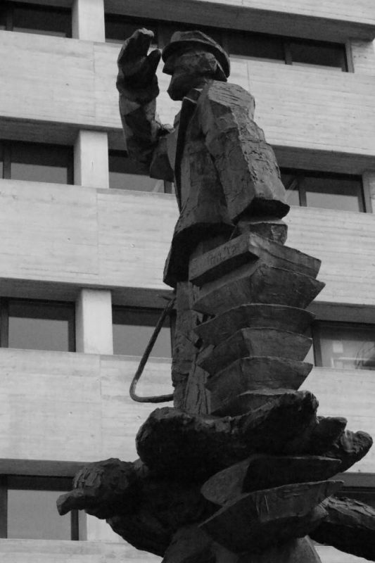 Dirk Statue im Hafen in Düsseldorf