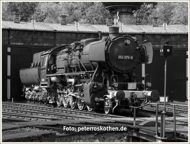 Dampflokomotive vor Lokschuppen
