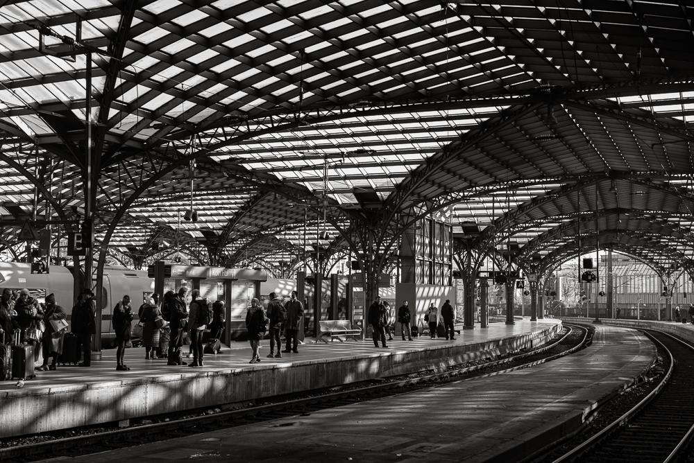 Bahnsteigüberdachung - Wie ein Spinnennetz - Der Kölner Hauptbahnhof- eine Fotoexkursion in Etappen - Stahl und Nieten
