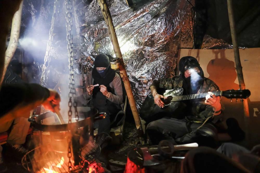 """Hambacher Forst im Winter. Aktivisten im Baumhaus-Dorf """"Winkel"""""""
